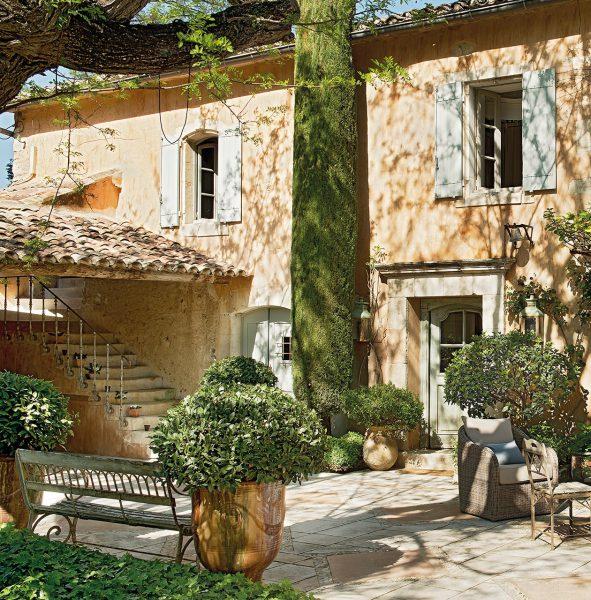 patio con cipres y porche con banco de hierro 1260x1280 1 591x600 - La Ferme du Bon Dieu: Una granja convertida en casa que alberga una historia de amor