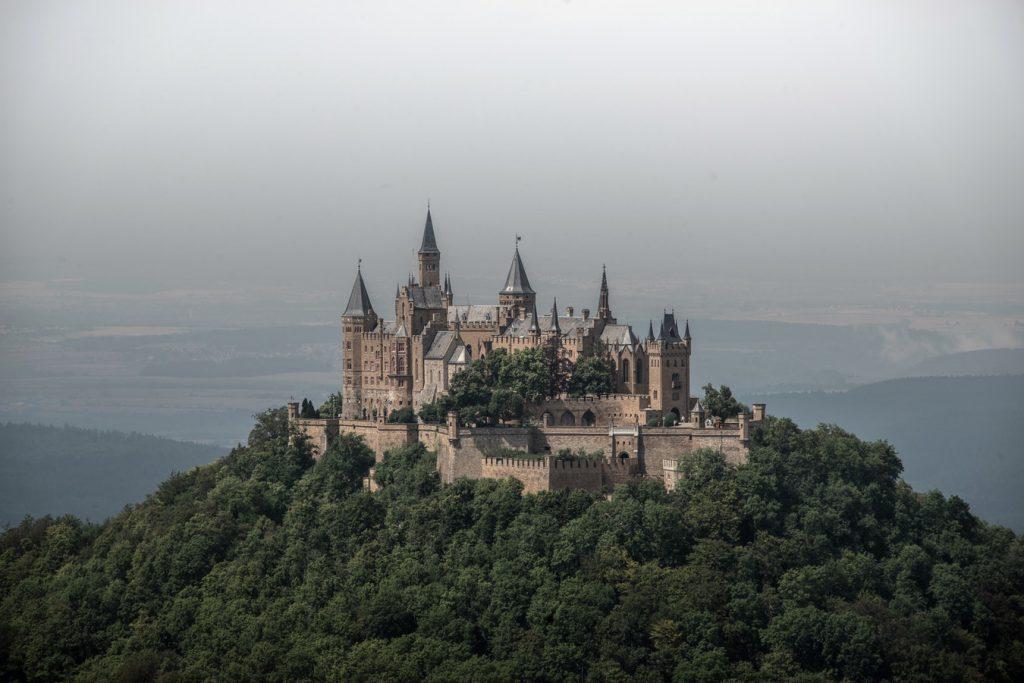 photo 1524397057410 1e775ed476f3 1024x683 - Vivir en un castillo digno de Juego de Tronos