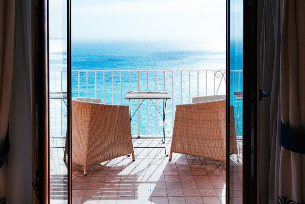 photo 1528301719638 3f517aebc11c 1024x683 - ¿Que debo tener en cuenta si quiero cerrar mi terraza o balcón?