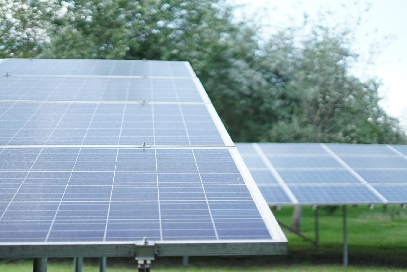 photo 1566093097221 ac2335b09e70 - ¿Es posible instalar paneles solares en una comunidad de vecinos?