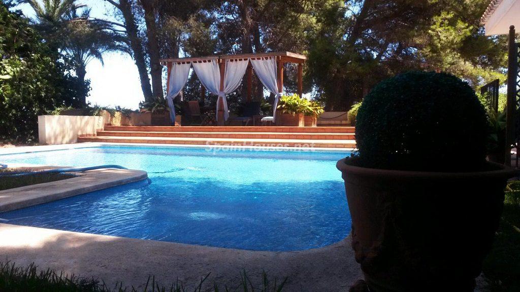 picasent valencia1 1024x576 - Fantásticas piscinas de otoño en 14 geniales casas ideales para despedir el verano