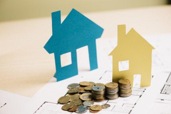 pila de monedas y casas de papel 23 2147694586 600x400 - El Euríbor continúa en negativo y los tipos de interés siguen dejando hipotecas más baratas