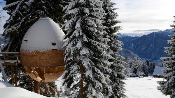pinecone tree house by domus gaia dezeen hero1 600x338 - ¿Imaginas pasar la noche en una casa colgante en medio de los Alpes Italianos?