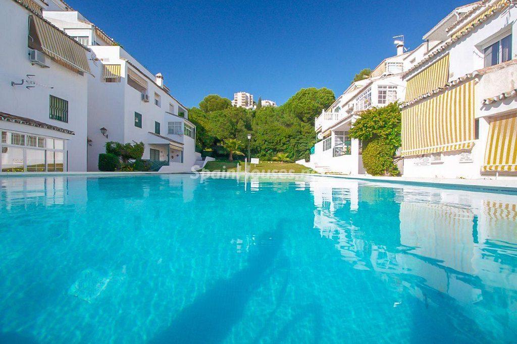 piscina 17 1024x682 - Coqueta casa en Torremuelle (Benalmádena Costa, Málaga): económica, luminosa y cerca del mar