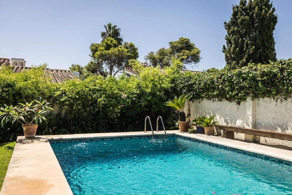 piscina 32 1024x682 - Acogedora casa con jardín y piscina en Cancelada, Estepona (Málaga)