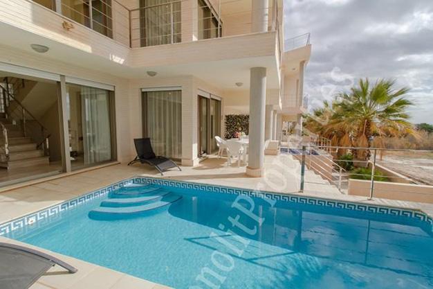 piscina 44 - La casa de tus sueños es este chalet de lujo en Alicante situado junto al mar