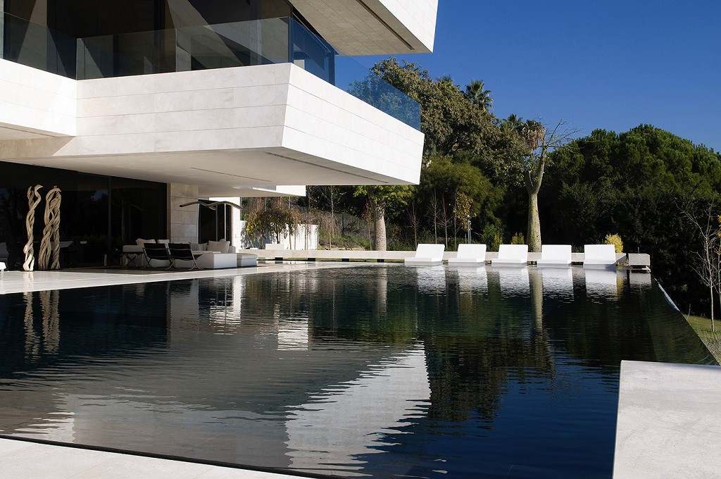 piscina 5 1024x680 - Espectacular, imponente y lujosa casa de diseño en Puerto Banús (Marbella, Costa del Sol)