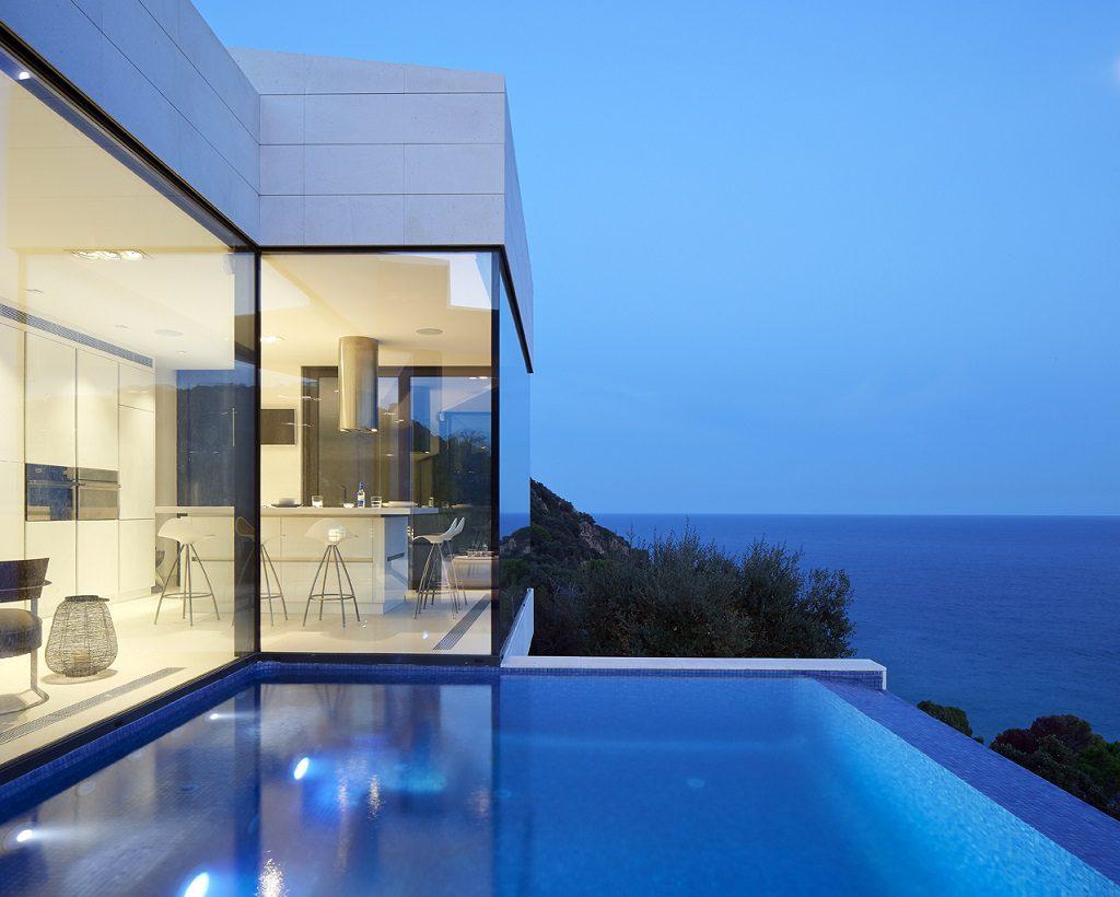 piscina atardecer 1 1024x820 - Casa de diseño bañada por el sol en Santa Cristina d'Aro, Girona (Costa Brava)