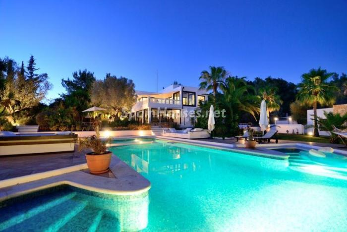 piscina atardecer - Bonita villa en Santa Eulalia (Ibiza, Baleares): toque mediterráneo y mucha privacidad