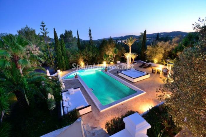 piscina atardecer1 - Bonita villa en Santa Eulalia (Ibiza, Baleares): toque mediterráneo y mucha privacidad