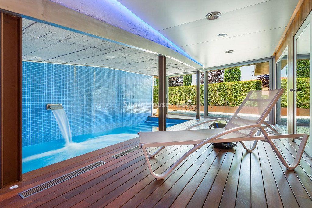piscina interior 2 1024x682 - Chalet en la Sierra de Collserola (Barcelona): lujo y diseño para disfrutar
