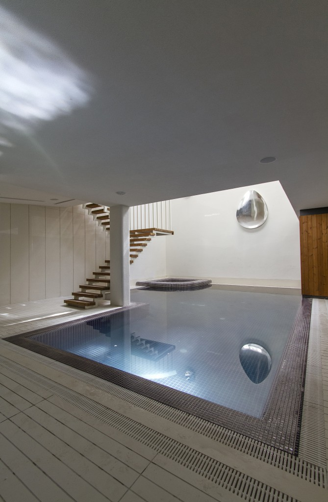 piscina interior 669x1024 - Casa Sharifi-ha, una fantástica vivienda que gira buscando el sol