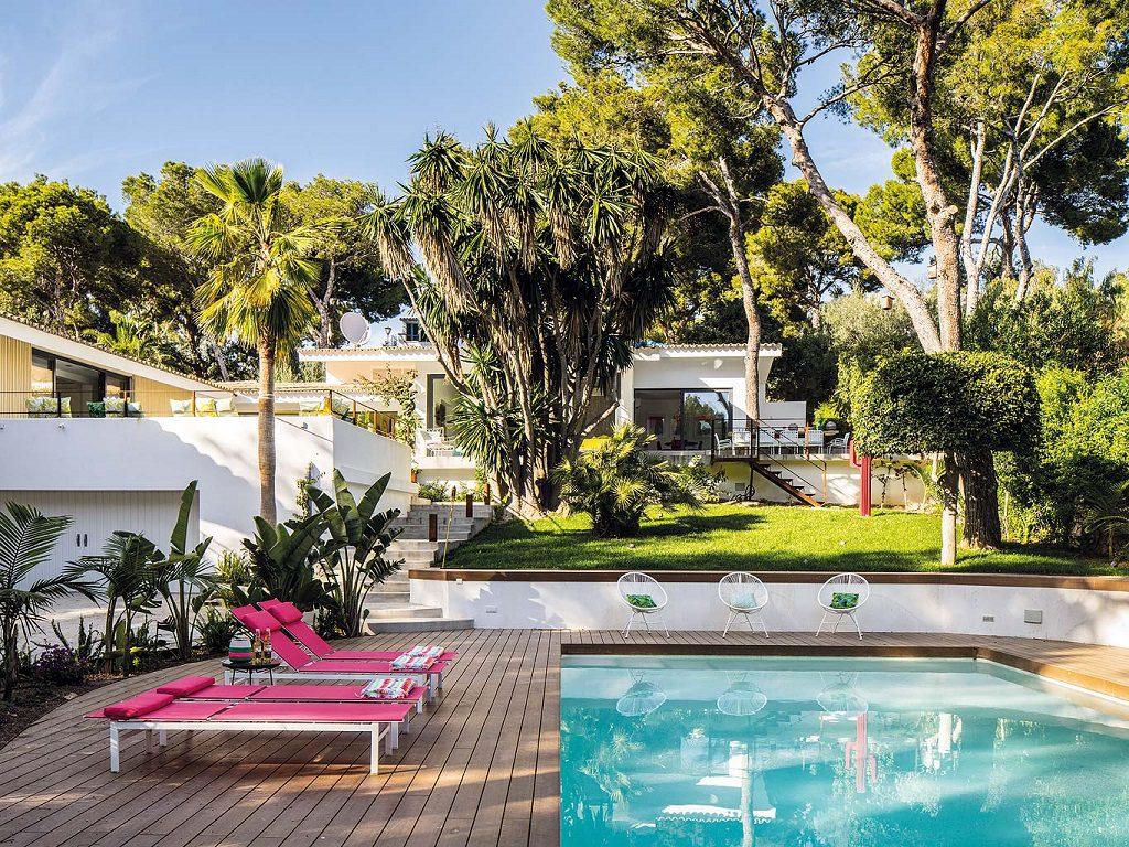 """piscina jardin 1024x768 - Toque """"retro California"""" de luz, color y vitalidad junto al mar en Mallorca"""