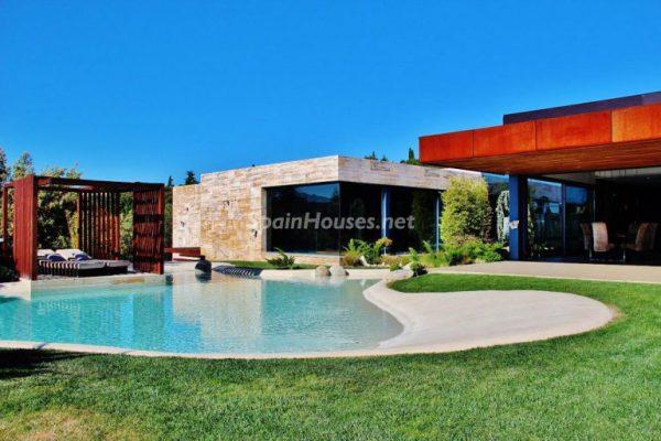 piscina jardin salon 768x512 1 600x400 - Las casas más espectaculares de este año 2017