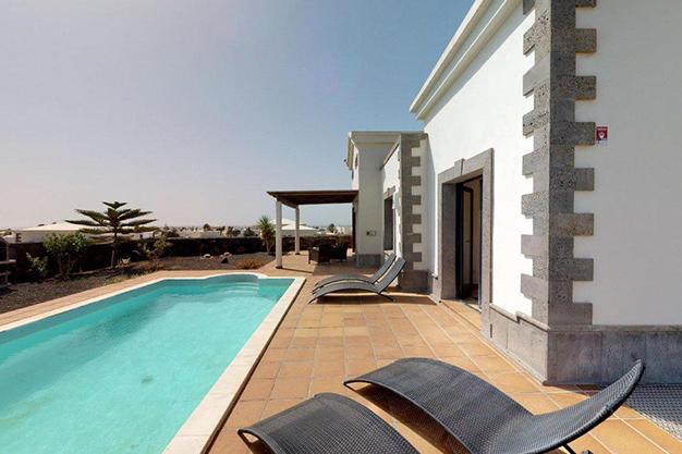 piscina lanzarote - Chalet con piscina en Lanzarote: vistas panorámicas en una isla diferente
