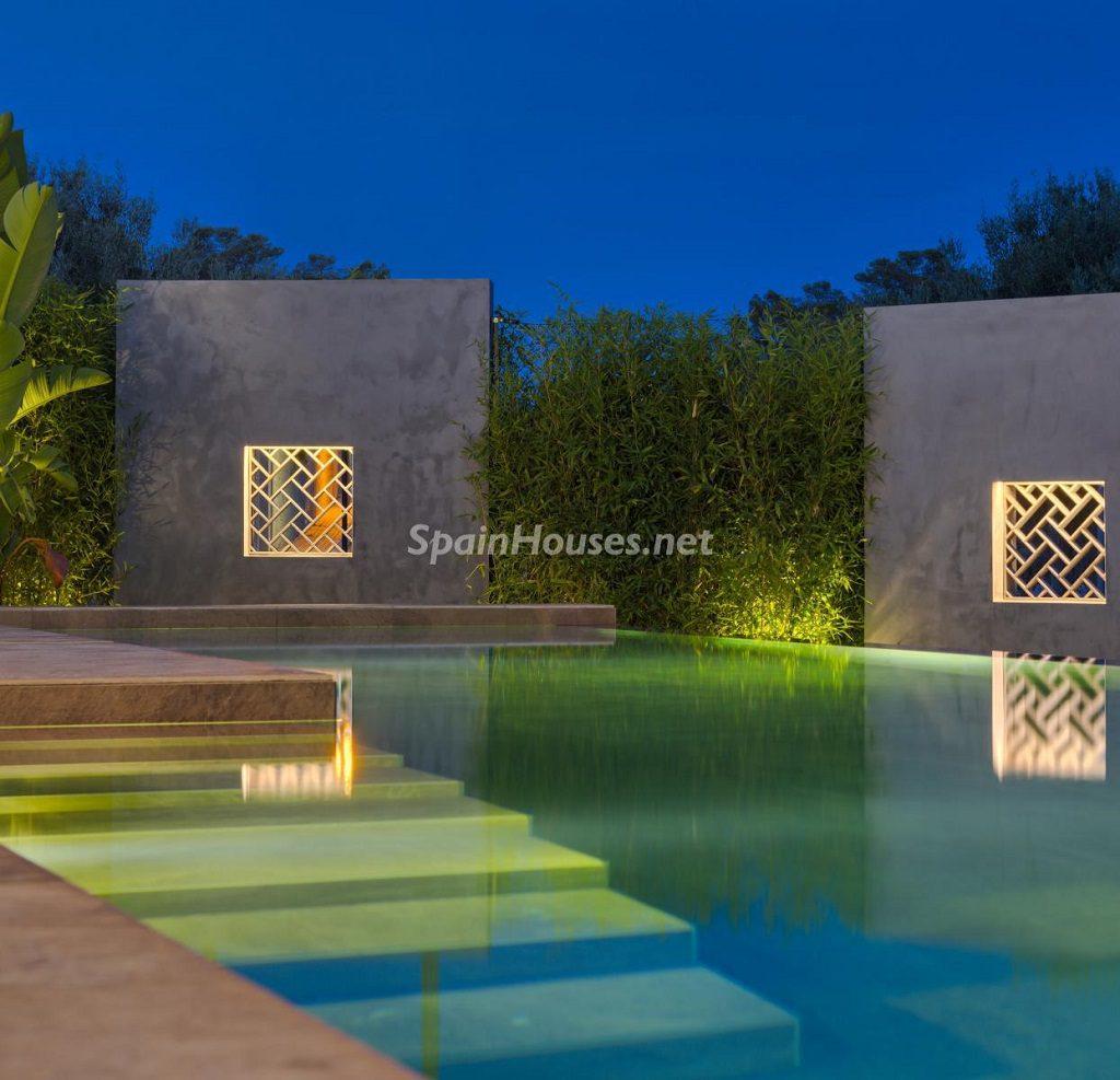 piscina nocturna 2 1024x987 - Diseño contemporáneo a estrenar en una fantástica villa en Finestrat (Costa Blanca, Alicante)