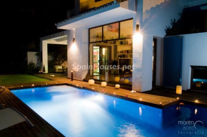 piscina nocturna - Lujo lleno de encanto en un precioso chalet en Pinares de San Antón, Málaga
