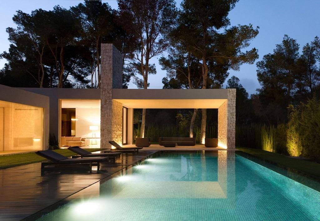 piscina nocturna1 - Casa El Bosque (Chiva, Valencia): diseño moderno con distintos grados de intimidad
