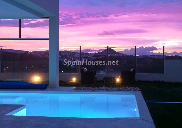 piscina nocturna4 - Precioso chalet de diseño contemporáneo en Las Palmas de Gran Canaria