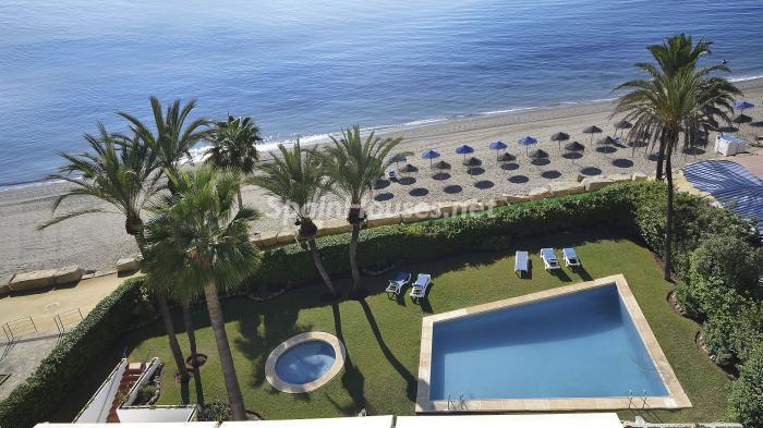 piscina playa - Precioso apartamento con decoración elegante y serena junto al mar en Marbella