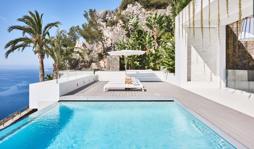 piscina solarium 1024x604 - Altea Hills: Villas de diseño mediterráneo con vistas al mar en Costa Blanca (Alicante)