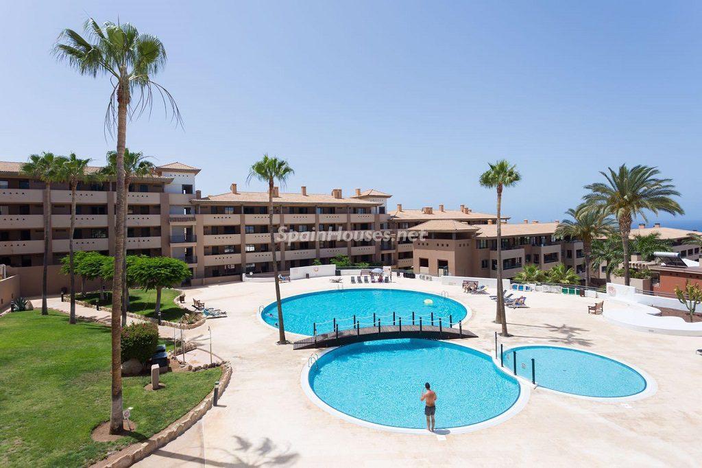 piscina urbanizacion 1024x682 - Sencilla simetría y vistas al mar en un apartamento en Playa Paraíso, Adeje (Tenerife)