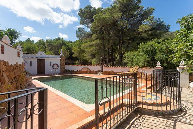 piscina valencia 1 - Descubre esta increíble villa de lujo en Valencia, con arquitectura inspirada en Gaudí y 100% ecológica