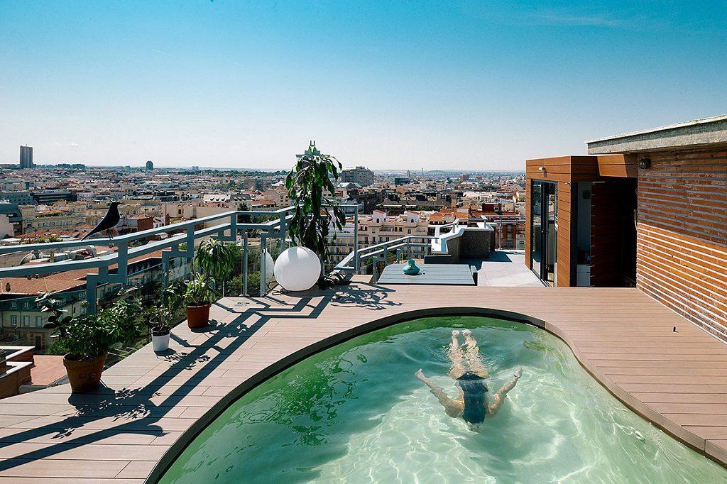 piscina vistas 1 1024x682 - Espectacular ático con piscina en Chamberí: como un chalet bajo el cielo de Madrid
