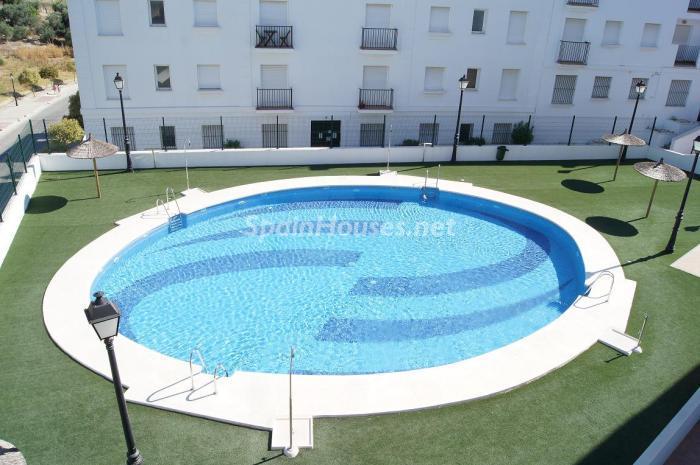 Gran piscina dentro del complejo cerrado