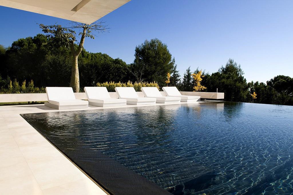 piscina1 2 1024x680 - Espectacular, imponente y lujosa casa de diseño en Puerto Banús (Marbella, Costa del Sol)