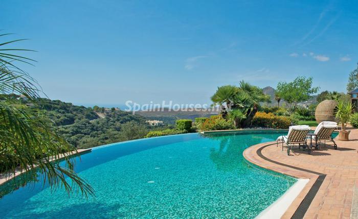 piscina1 4 - Espectacular villa llena de romanticismo, elegancia y lujo en Benahavís (Costa del Sol)