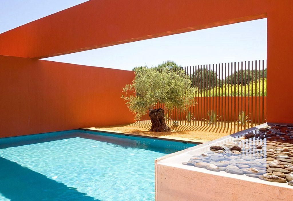 piscina1 6 1024x701 - Inspiración, color y elegancia en una preciosa casa en Sotogrande (Costa de la Luz, Cádiz)