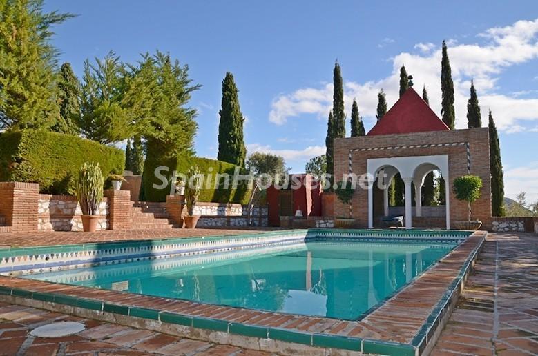 piscina2 1 - Vacaciones llenas de encanto en un cortijo andaluz en Frigiliana (Costa del Sol, Málaga)