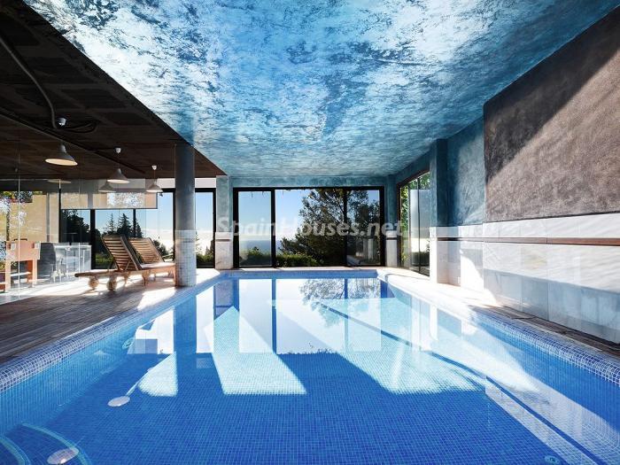 piscina2 3 - Elegante y serena villa en Marbella (Costa del Sol), con vistas al mar y piscina cubierta