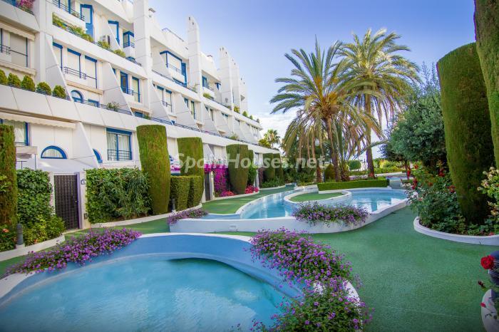 Urbanización y piscina