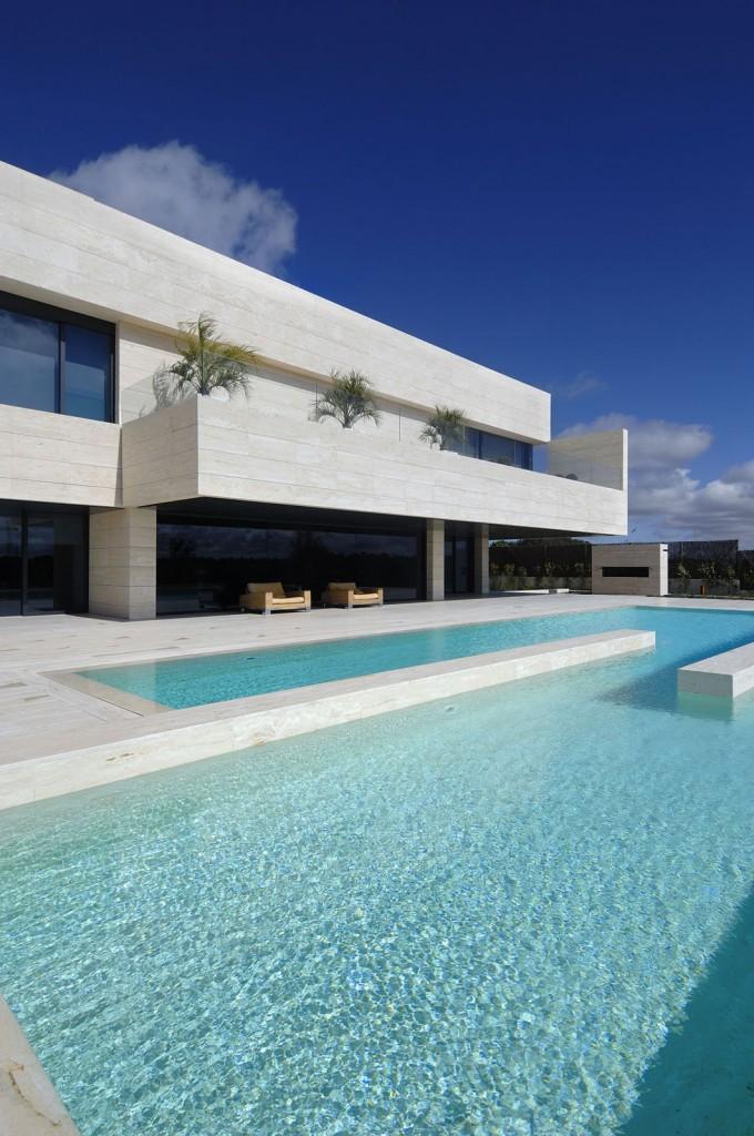 piscina43 680x1024 - Diseño contemporáneo y minimalista en La Finca, Pozuelo de Alarcón (Madrid)