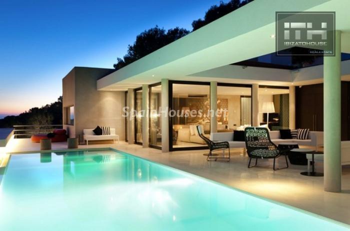 piscina nocturna - Casa de la Semana: Espectacular villa de lujo en Ibiza (Baleares), la isla de los sueños