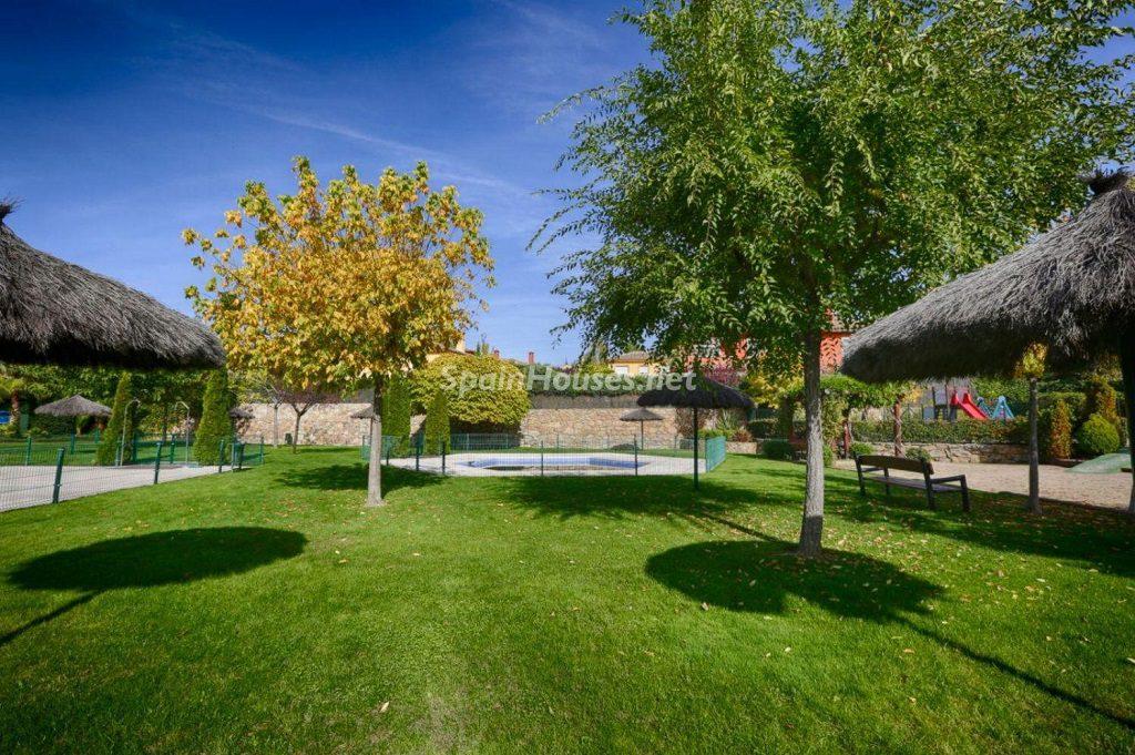 piscinacomunitaria 1024x681 - Cálido y familiar chalet en Encinar de los Reyes, La Moraleja (Alcobendas, Madrid)