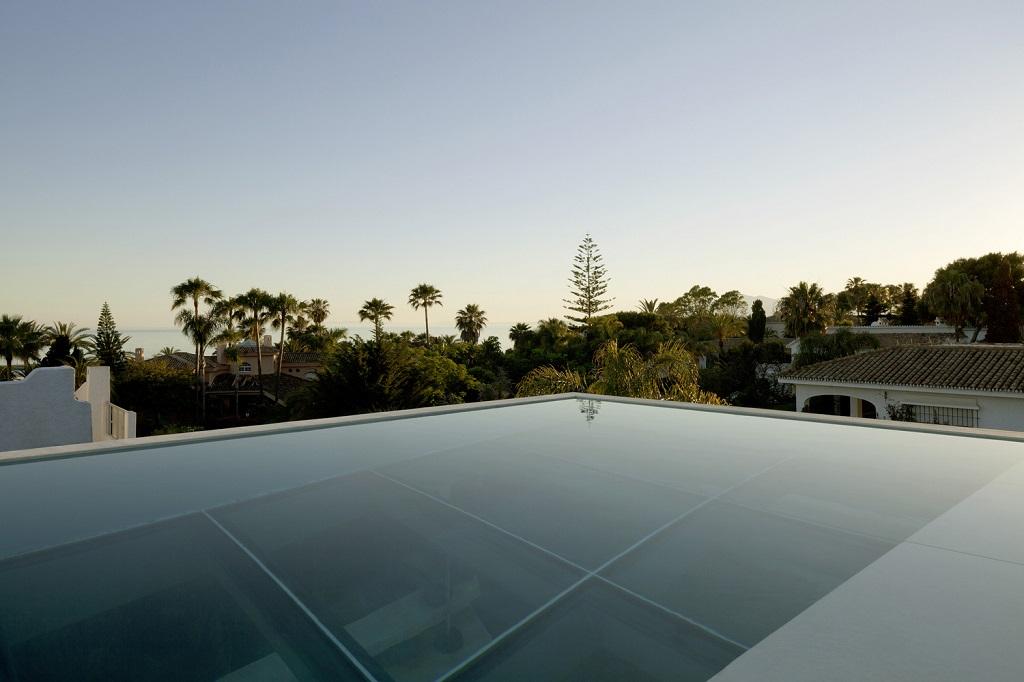 piscinainfinita - Genial casa en Marbella y una espectacular piscina transparente en el techo para disfrutar