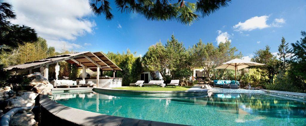 piscinaycasa 5 1024x424 - Casa rústica y moderna en Ibiza (Baleares): diseño mediterráneo que enamora
