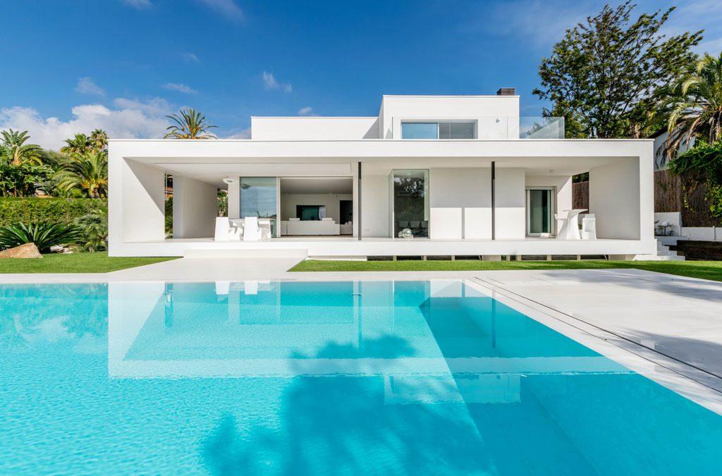 Casa en Alella (Barcelona), de diseño minimalista y piscina primaveral