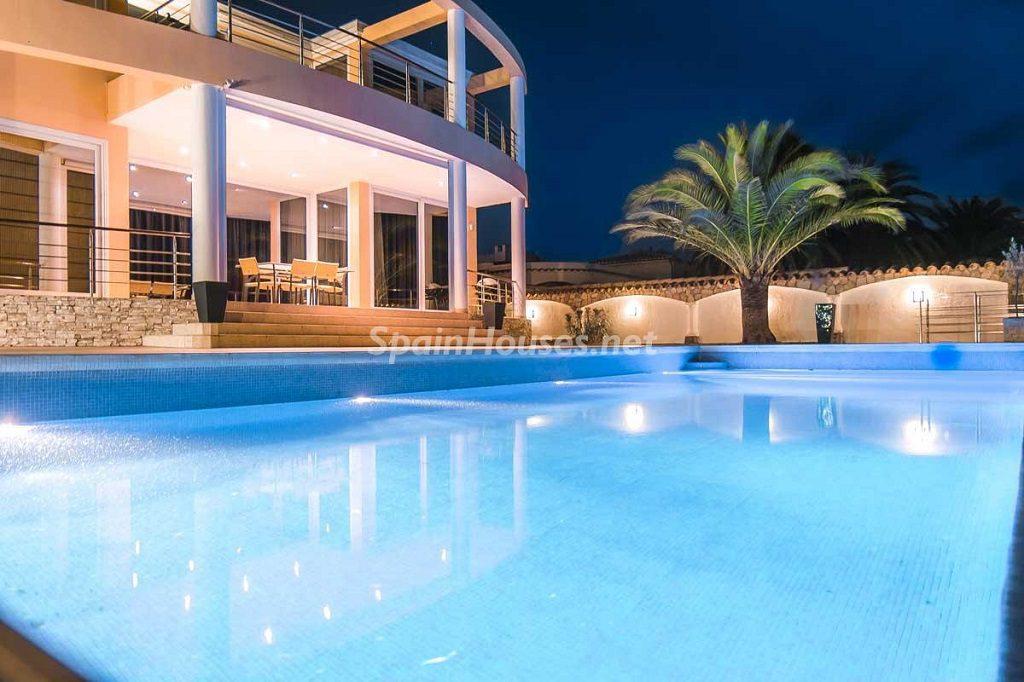 piscinaycasa nocturna 1024x682 - Imponente casa entre lo clásico y lo moderno en el Gran Canal de Empuriabrava (Girona)