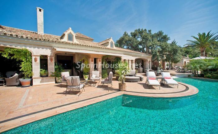 piscinaycasa1 1 - Espectacular villa llena de romanticismo, elegancia y lujo en Benahavís (Costa del Sol)