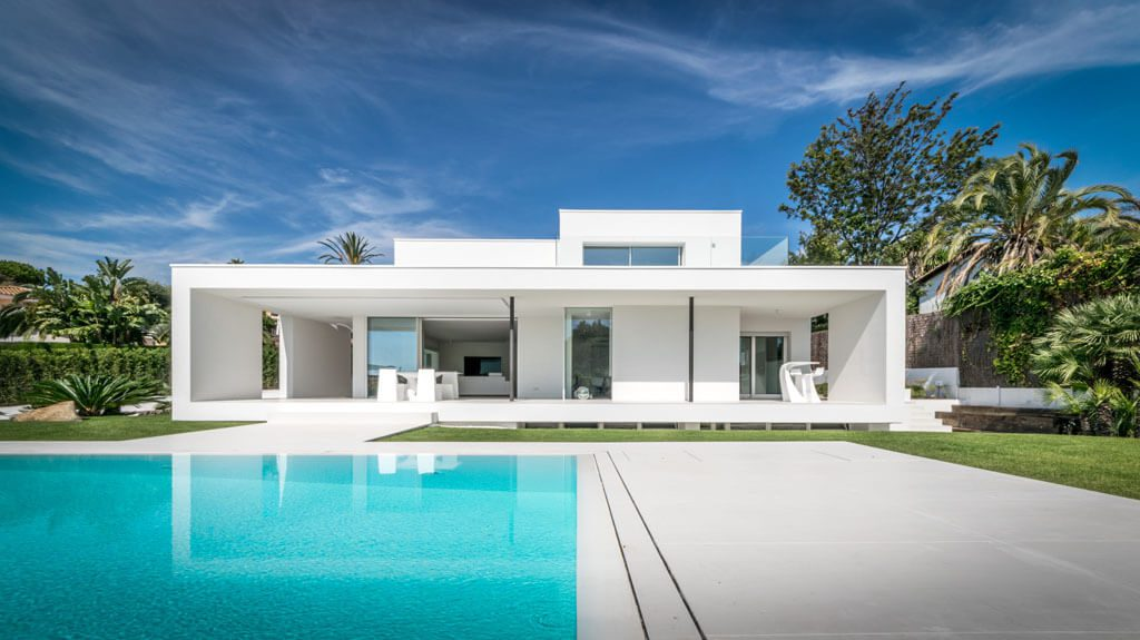 piscinaycasa1 2 1024x575 - Casa en Alella (Barcelona), de diseño minimalista y piscina primaveral