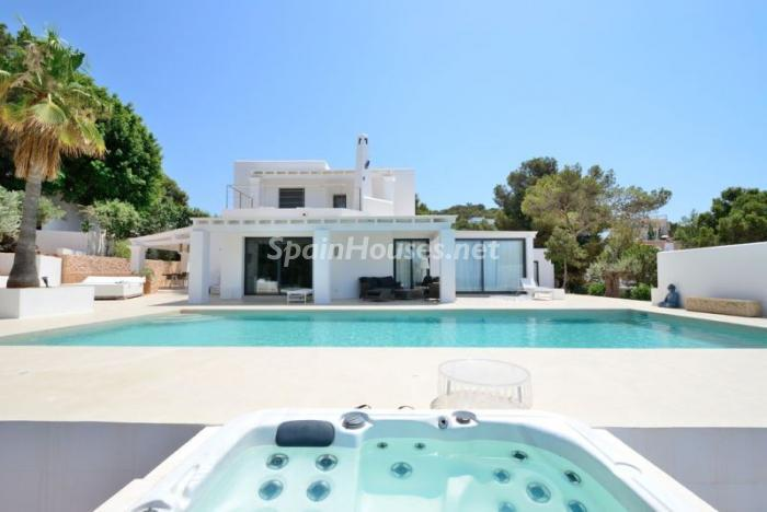 piscinayjacuzzi - Fantástica villa en Cala Vadella (San José, Ibiza): blanca, luminosa y mediterránea