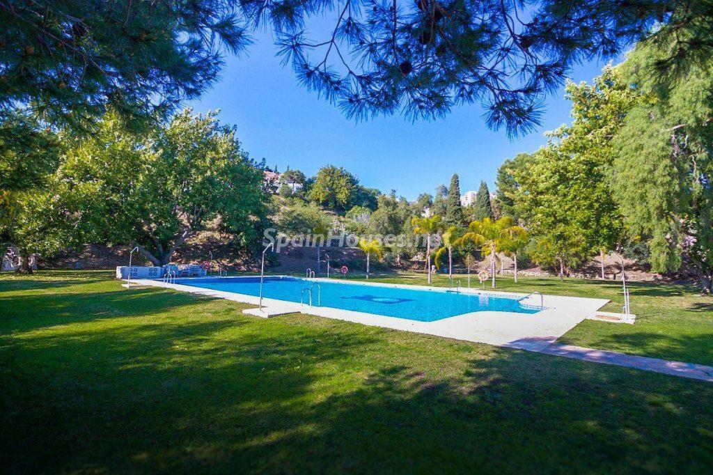piscinayjardines 1024x682 - Coqueta casa en Torremuelle (Benalmádena Costa, Málaga): económica, luminosa y cerca del mar