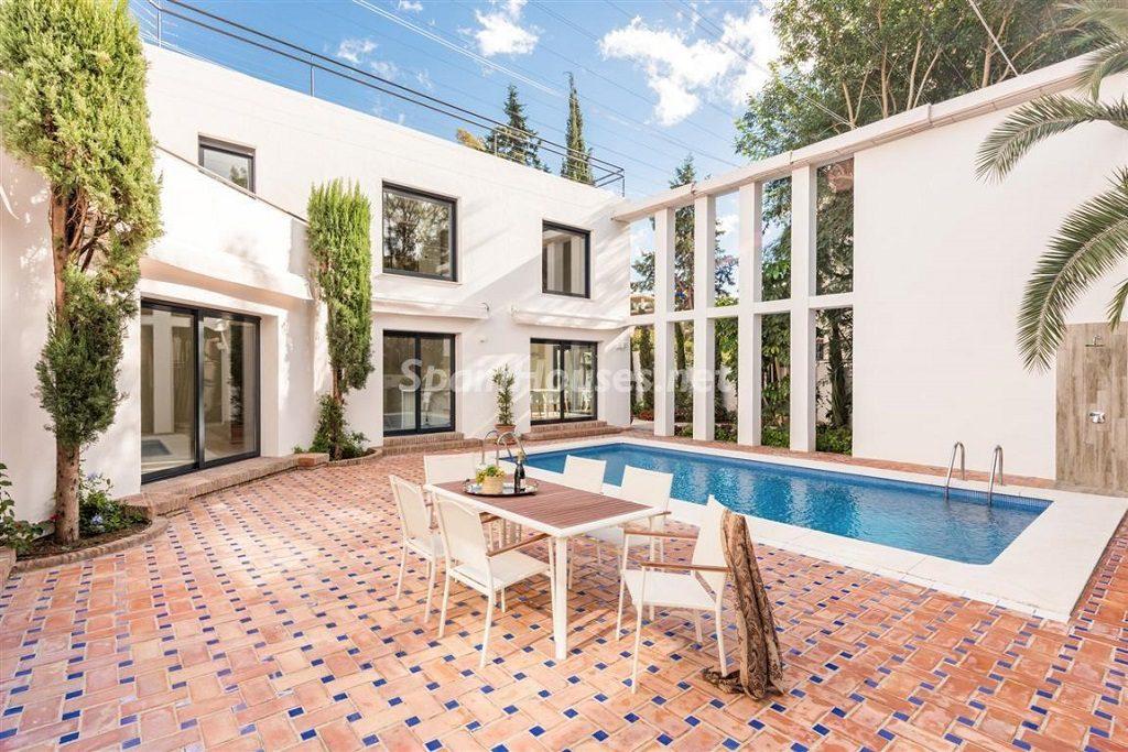 piscinaypatio1 1024x683 - 11 casas de diseño minimalista con un sofisticado y espectacular toque de blanco, luz y mar