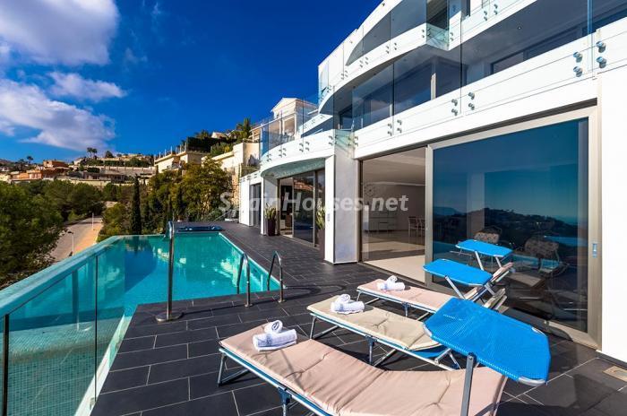 piscinayterraza 1 - Blanca y sofisticada villa de vacaciones en Moraira (Costa Blanca): luz y diseño frente al mar