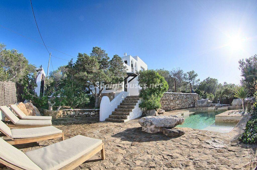 piscinaytumbonas 1024x678 - Atardecer mágico en Ibiza: Casa en alquiler de puro estilo ibicenco y encanto mediterráneo