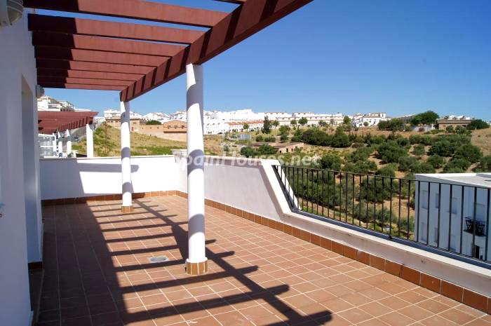 Magnífica terraza con porche de madera